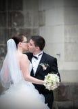 Baiser de nouveaux mariés photo stock