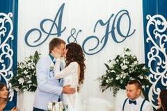 Baiser de passion juste de marier à la table de salle à manger Images stock