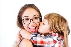 Baiser de petite fille et énorme sa grande soeur Image stock