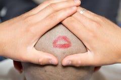 Baiser de rouge à lèvres sur le cuir chevelu Image stock