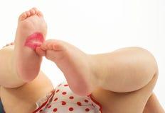 Baiser de rouge à lèvres sur nouveau-né Photographie stock libre de droits