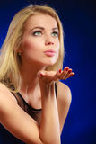 Baiser de soufflement de femme blonde de beauté Photographie stock libre de droits