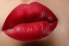 Baiser doux Plan rapproché des lèvres de la femme avec le maquillage de rouge de mode Belle bouche femelle, pleines lèvres avec l Images libres de droits