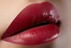 Baiser doux Plan rapproché des lèvres de la femme avec le maquillage de rouge de mode Belle bouche femelle, pleines lèvres avec l Photographie stock libre de droits