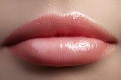 Baiser doux Plan rapproché des lèvres de la femme avec le maquillage de rouge de mode Belle bouche femelle, pleines lèvres avec l Photos libres de droits