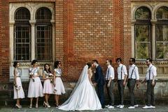 Baiser du juste marié avec les amis Images stock