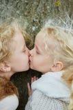 Baiser entre deux petites soeurs Image stock