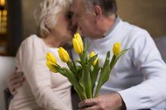 Baiser et fleurs Photos libres de droits
