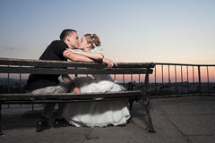 Baiser heureux de couples Photo stock