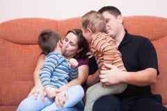 Baiser heureux de famille Photo libre de droits