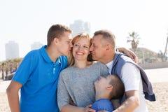 Baiser heureux de famille photographie stock libre de droits