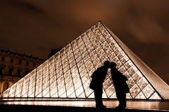 Baiser à l'auvent à Paris France Photo stock