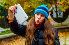 Baiser pour le selfie sur la rue en automne Images libres de droits