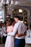 Baiser romantique dans le restaurant de luxe Image stock