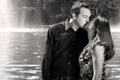 Baiser romantique de couples photo libre de droits