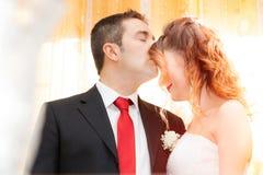 Baiser romantique des nouveaux mariés images libres de droits