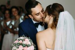 Baiser romantique et tendre des jeunes mariés Images libres de droits