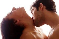 Baiser romantique sur la gorge Images stock