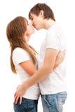 Baiser tendre de jeunes couples Images libres de droits