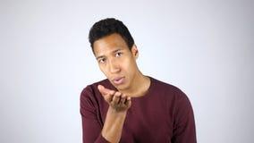 Baiser volant, exprimant l'amour, geste par le jeune homme afro-américain Photographie stock