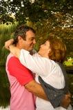 Baisers âgés moyens de couples Image libre de droits