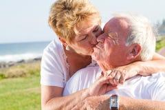 Baisers aînés de couples Photographie stock
