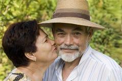 Baisers aînés de couples image stock