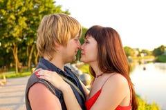 Baisers affectueux de couples Image stock