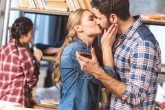 Baisers affectueux de couples Photos stock