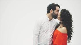 Baisers d'une paire de séjours sur un fond blanc du coeur du ballon Jour du `s de Valentine Amants drôles clips vidéos