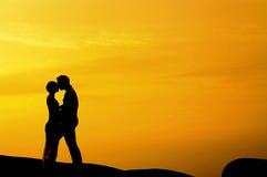 Baisers dans le coucher du soleil images libres de droits