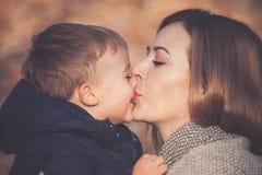 Baisers de fils et de maman Photographie stock libre de droits