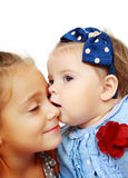 Baisers de grande soeur et de petite soeur Photographie stock libre de droits