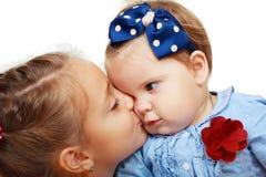 Baisers de grande soeur et de petite soeur Photo libre de droits