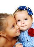 Baisers de grande soeur et de petite soeur Photos libres de droits