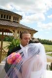 Baisers de jeunes mariés Images libres de droits
