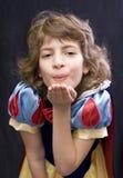 Baisers de soufflement de fille Image stock