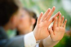 Baisers des ajouter à la bague de fiançailles Image libre de droits