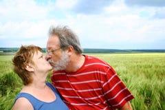 Baisers des couples aînés Images libres de droits
