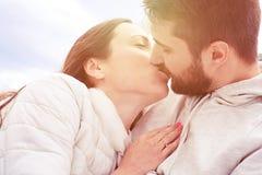 Baisers des couples dans l'amour à extérieur Photos stock