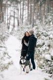Baisers des couples dans l'amour et le chien enroué Photographie stock