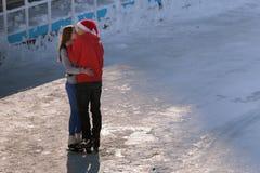 Baisers des couples de l'adolescence à la patinoire Photos libres de droits