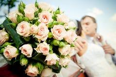Baisers des couples de mariage Images libres de droits