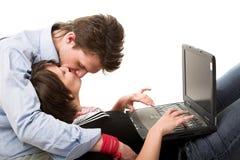 Baisers des couples et du cahier Photo stock