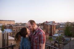 Baisers des couples occasionnels sur le toit Place romantique Photo libre de droits