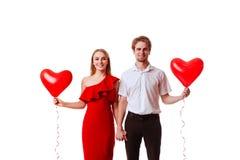 Baisers des couples posant sur le fond blanc avec le coeur de ballons photos libres de droits