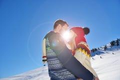 Baisers des couples sous le soleil dans les montagnes autrichiennes d'Alpes Photographie stock