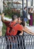 Baisers deux de touristes tout en faisant un selfie Photographie stock