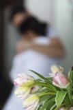 Baisers et étreintes de couples à la cuisine pendant le matin Images libres de droits