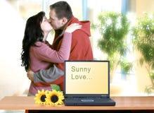Baisers heureux de couples Photographie stock libre de droits